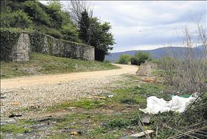 Plásticos y basura se acumulan por todo el recinto arqueológico. ÁNGEL GONZÁLEZ M.